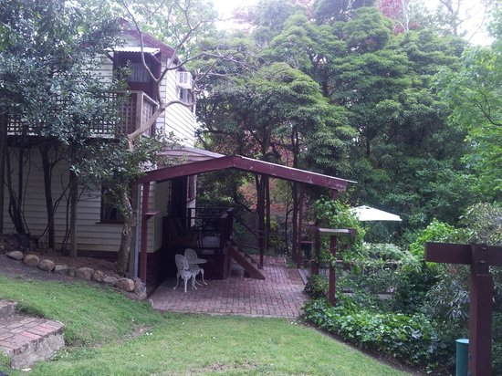 Stone's Throw Cottage B&B: the cottage sits in a wonderful treed yard full of bird life