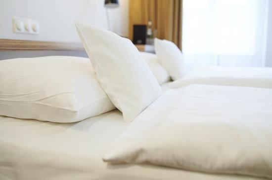Überfluss Hotel: Hotelbett im ÜberFluss