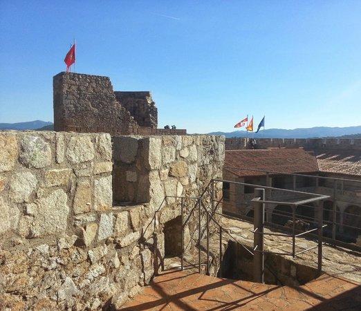 Castillo de La Adrada: Vista de la torre del homenaje desde la almena