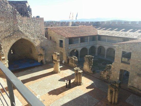 Castillo de La Adrada: Vista la interior del Castillo desde la almena
