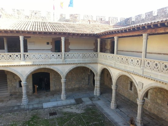 Castillo de La Adrada: Patio porticado.
