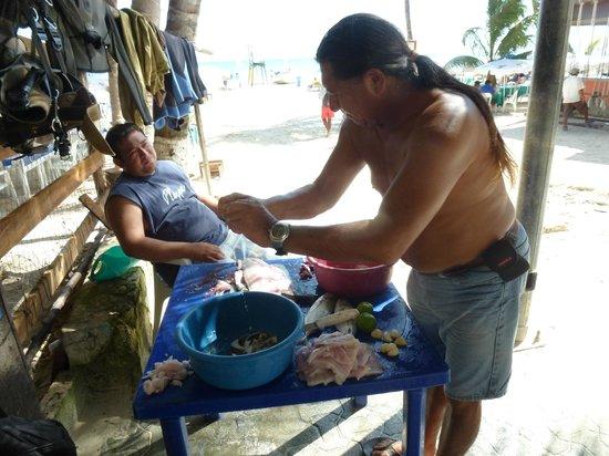 Albertos SCUBA: Alberto´s che ci prepara li Barracuda per cena, molto Buono