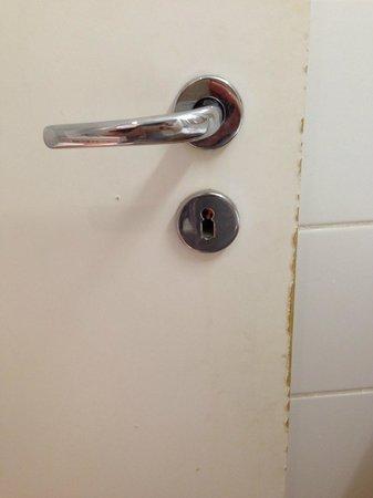 Hotel Mediterran : Bathroom door