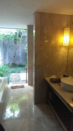The One Villa: bathroom