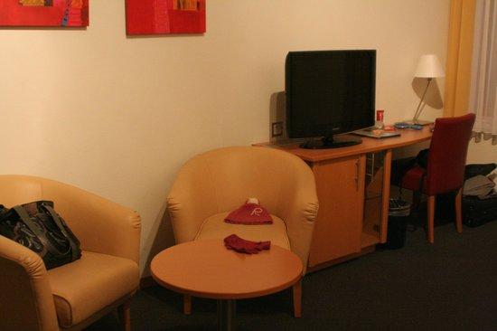 Hotel Rochat: Salottino e scrivania con enorme TV lcd.