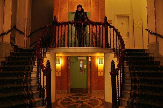 Crystal Plaza Hotel: Очень красивый вестибюль с претензией на роскошь