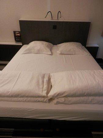 Maxhotel: Cama amplia y confortable con luces de lectura en el cabecero, pero las almohadas muy incómodas