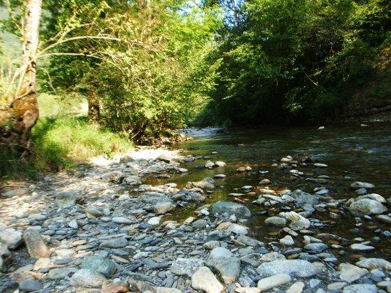 Camping le Montagnou : la rivière au bord du camping
