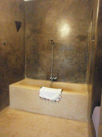 Riad Hadika Maria : vue de la baignoire de la chambre Sultane