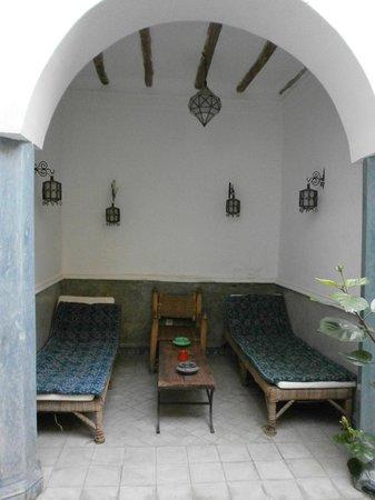Riad Hadika Maria: chaises longues face au bassin