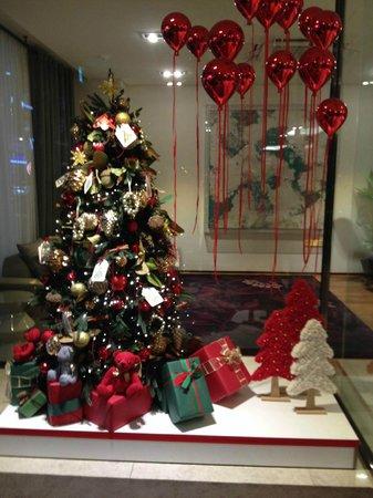 The Grand Hotel Myeongdong: ロビーのクリスマスツリー