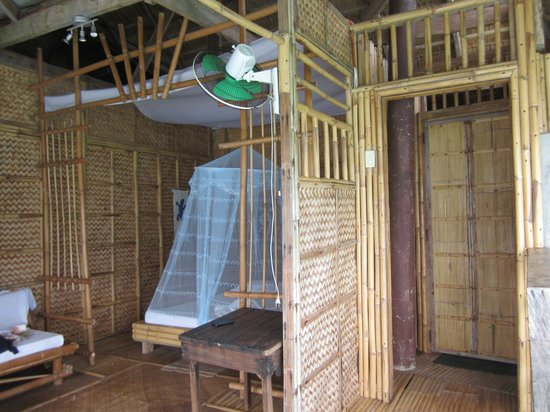 Spider House Resort: Back of the room: bed in the back, entrance door on the right, bathroom further to the right