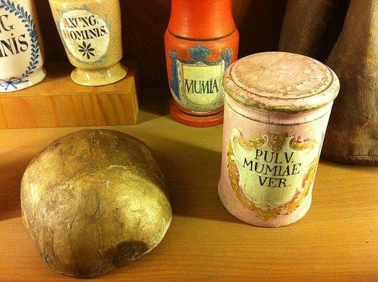Deutsches Apotheken Museum : lovely pots and skull combo