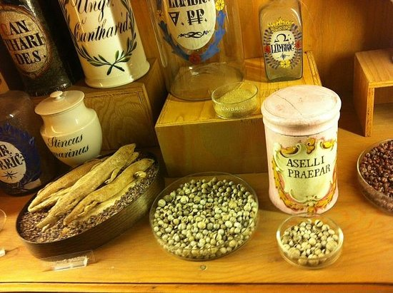 Deutsches Apotheken Museum : those things in the bowls are not pistachios...