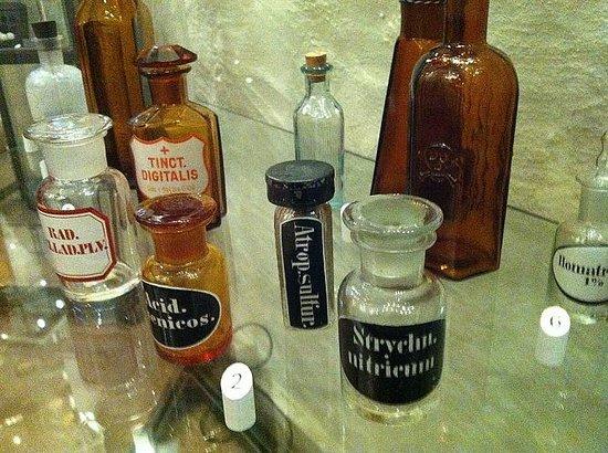 Deutsches Apotheken Museum : more glassware