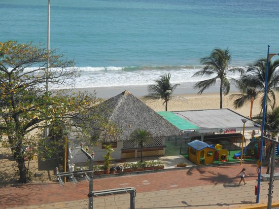Quality Hotel Fortaleza: Vista do apartamento na lateral direita do hotel.