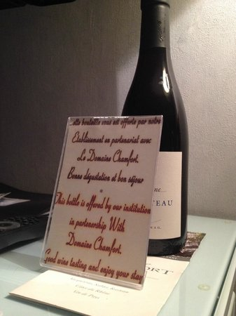 Hotel Louvre Bons Enfants : Complementary bottle of wine from the owners!!