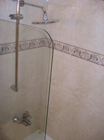 NH Montevideo Columbia: Ponto negativo: chuveiro instalado sobre a banheira, sem box