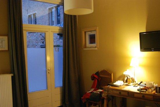 Canalview Hotel Ter Reien: Zimmer 17, beklebte Tür als Fenster zum Innenhof und da muss jeder Gast auch nachts vorbei.