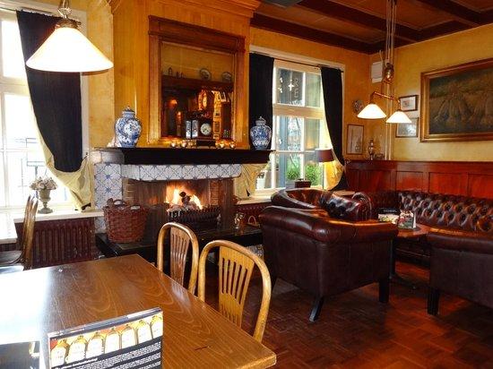 Hotel Nobel Ameland: open haard in café Nobel