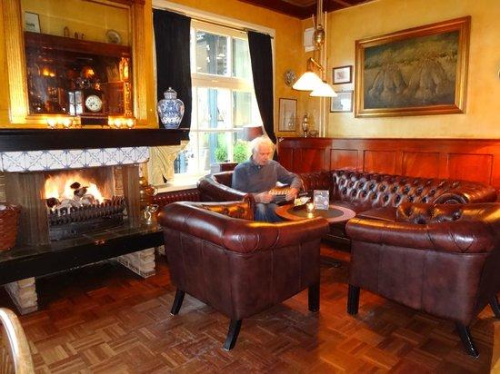 Hotel Nobel Ameland: gezellige zithoekjes in café Nobel
