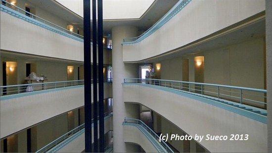 The Westin Resort Guam : 最上階までの吹き抜けーエレベータより
