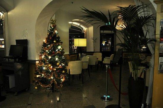Crystal Plaza Hotel: Холл сообщается с кафе