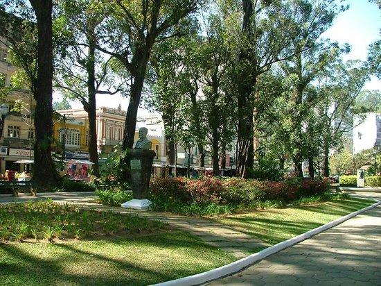 Nova Friburgo, RJ: Praça Getulio Vargas , com comercio e Shopping Friburgo,