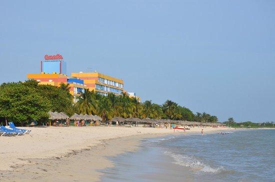 Hotel Ancon: Вид на отель, пляж и море