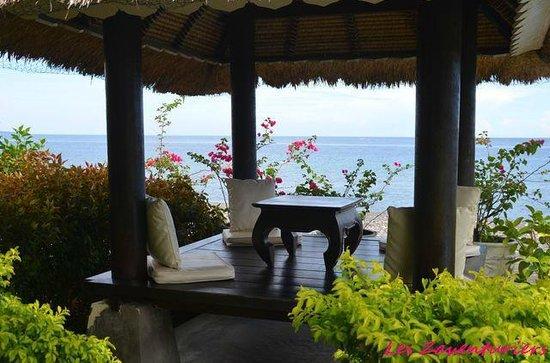 Kembali Beach Bungalows : petit kiosque face a l amer pour un verre ou un diner