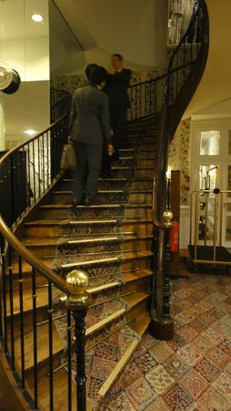 Grand Hotel de l'Opera : ロビーから2階への階段。優雅なカーブを描いています。
