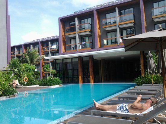 Holiday Inn Express Phuket Patong Beach Central: Vista da piscina e fachada interna do hotel