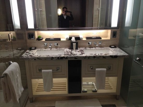 The Langham, Chicago: Double sinks