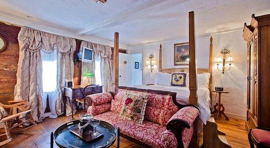 27 Fair Street Inn : Nantucket Hotel - Daffodil Bed
