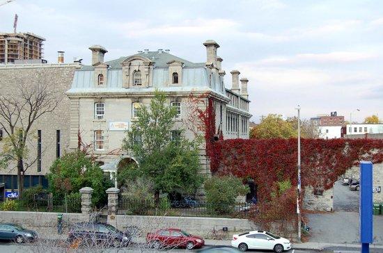 HI Ottawa Jail Hostel: Ottawa Old Jail from the front