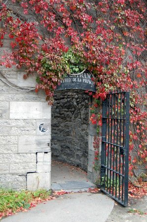 HI Ottawa Jail Hostel: Old Ottawa Jail entrance to exercise yard