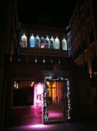SINA Centurion Palace : façade extérieure de la rue