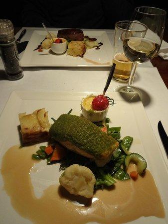 Hotel Nobel Ameland: zalmfilet, op de huid gebakken, met kruidenkorst, paprikasoufflé & aardappeltaartje