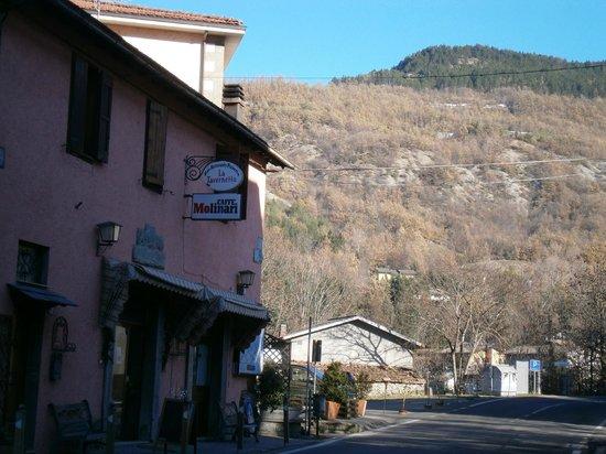 La Tavernetta: Dalla strada con dintorni