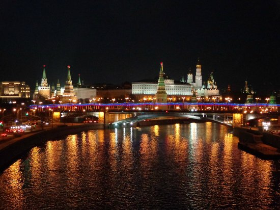 Moskva river with the kremlin in the background. (85912726)