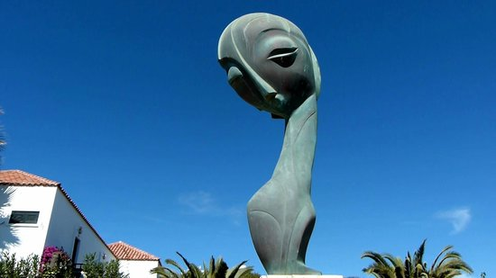 Paseo Costa Canaria: Seasonal Shadow Statue