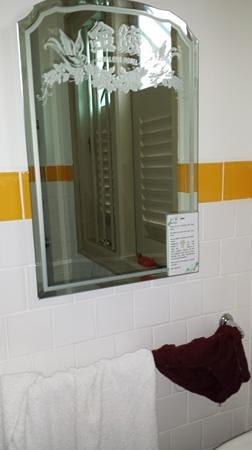 Kam Leng Hotel: Mirror