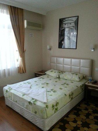 Ozmen Pension: кровать