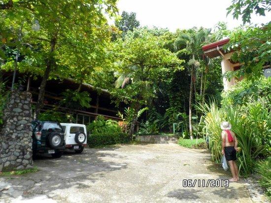 Karahe Beach Hotel : Frente do hotel, entrada para a recepção e quartos mais baratos