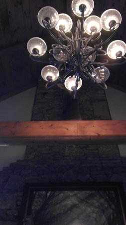 Bear Creek Bed and Breakfast Lodge: beautiful tall ceilings