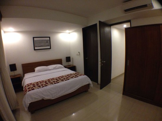 Seminyak Town House: Large bed can fit 3