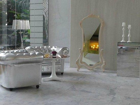 Hua Chang Heritage Hotel: Shiny sofas