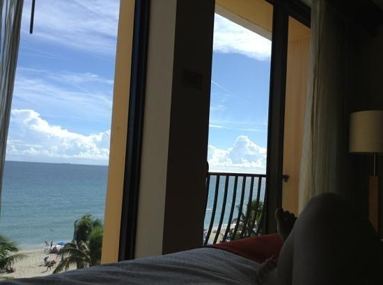 Wyndham Deerfield Beach Resort: ocean view from the bed