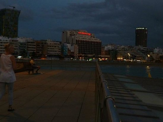 Cristina Las Palmas Hotel: Night view of the htel