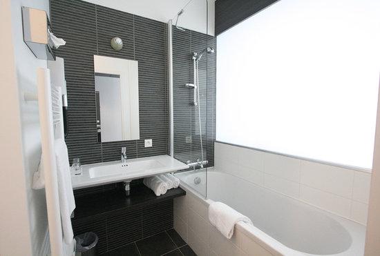 Kyriad Nantes Ouest - Saint Herblain : salle de bain avec baignoire